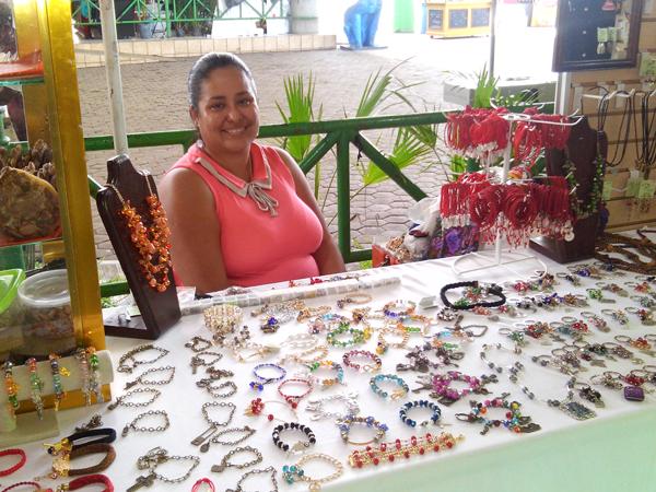 Persona con discapacidad expone sus productos artesanales
