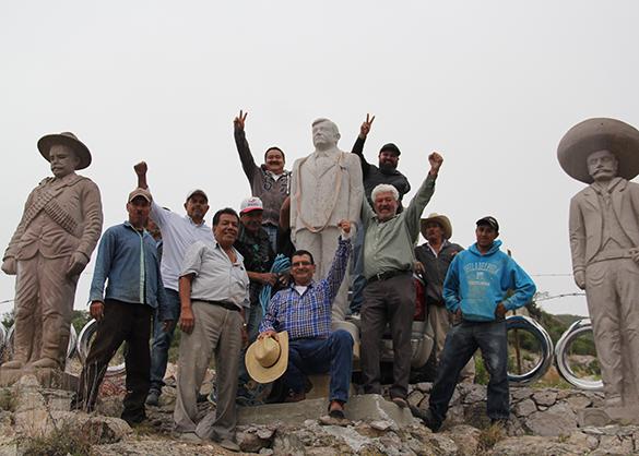 Estatua-AMLO_