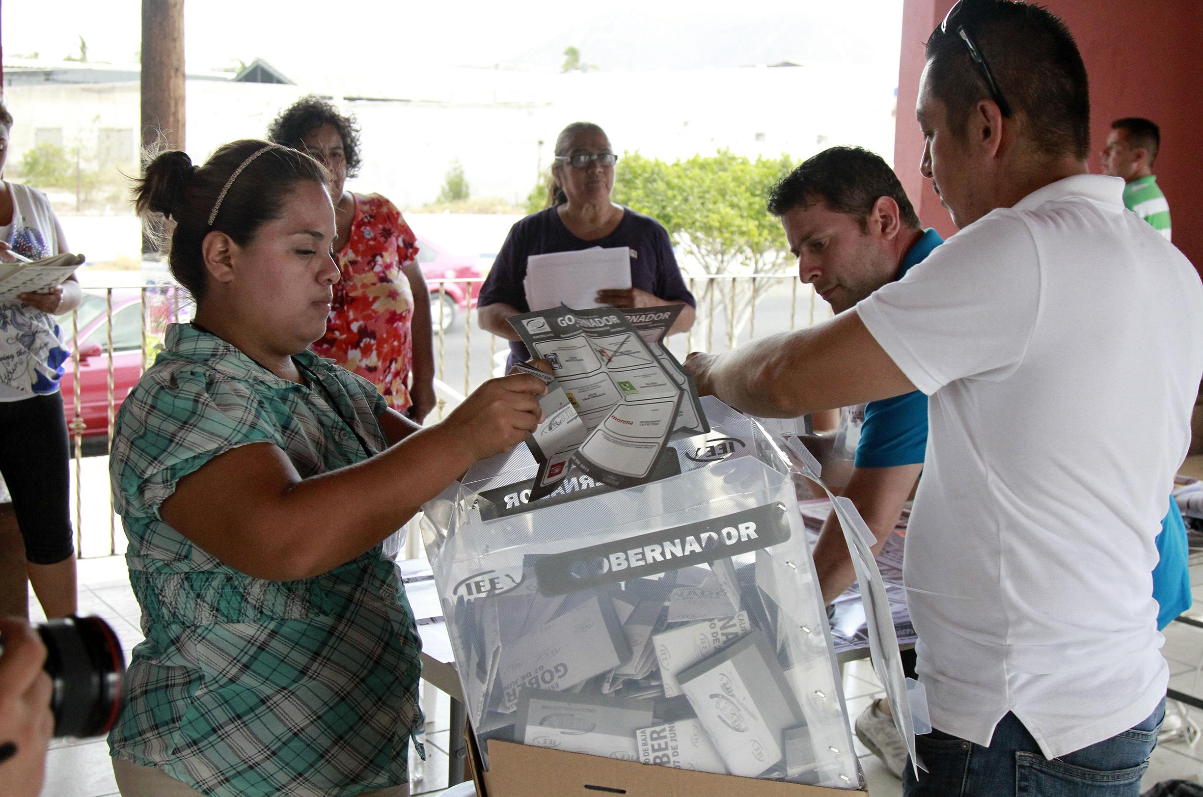 50607430. La Paz.- Cierran casillas e inicia el conteo de votos en Baja California Sur. NOTIMEX/FOTO/EDUARDO JARAMILLO/FRE/POL/ELECCIONES15/BCS/