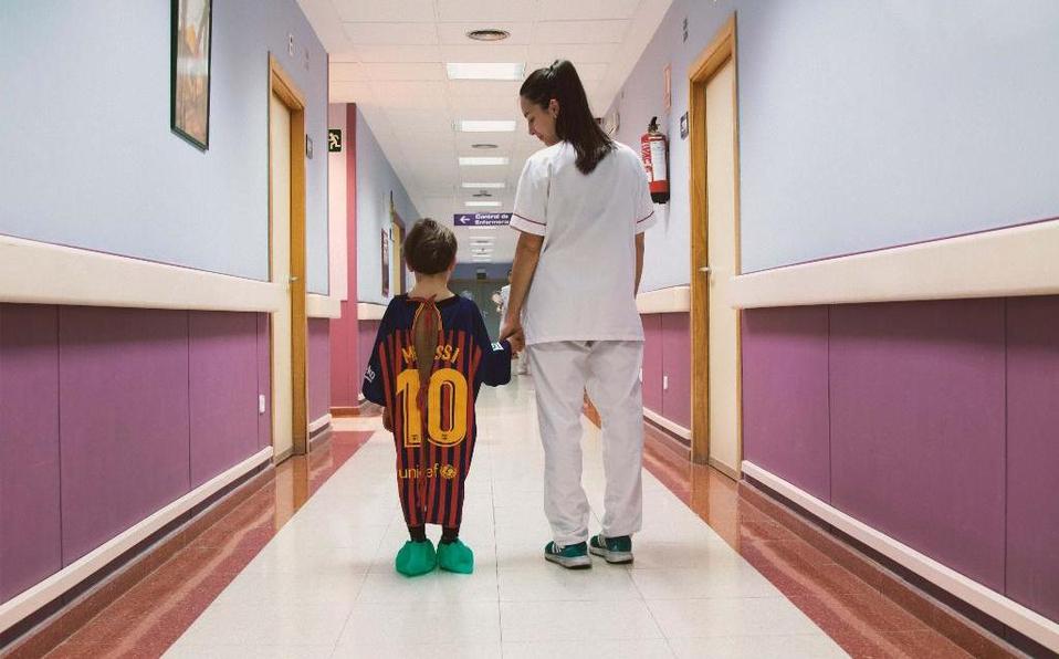 Playeras de futbol son convertidas en batas de hospital para niños